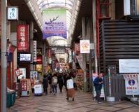 街道购物的许多人民在奈良` s街市农贸市场的早晨 免版税库存照片