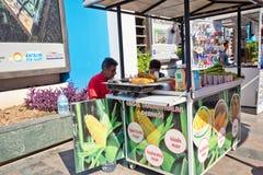 街道贸易-新鲜的玉米销售在煤炭烹调了 库存照片