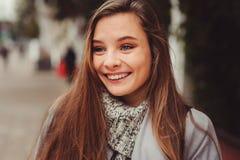 街道走在秋天城市的年轻美丽的愉快的女孩样式画象  免版税库存照片