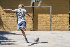 街道足球反撞力 库存照片