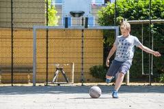 街道足球射击 免版税库存照片
