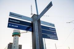 街道路标导航系统,阿姆斯特丹 免版税库存照片