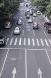 街道车和交通在车道 库存照片