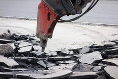 街道车行道重建 破碎机分界老沥青 库存照片