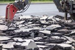 街道车行道重建 破碎机分界老沥青 免版税库存照片