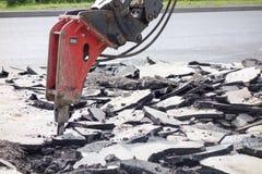 街道车行道重建 破碎机分界老沥青 免版税库存图片