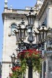 街道金属有垂悬的红色大竺葵葡萄酒灯开花 免版税库存图片
