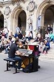 街道钢琴演奏家招待观众 库存照片