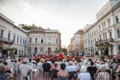 街道音乐会在塞格德,匈牙利的市中心执行了,在日落,由地方古典音乐带 库存图片