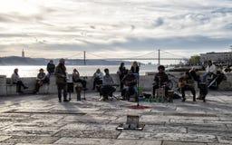 街道音乐在里斯本在广场de Comercio 免版税库存图片