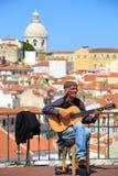 街道音乐家在他的佛拉明柯舞曲吉他使用 库存图片