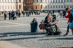 街道音乐家在圣彼德堡 免版税库存图片