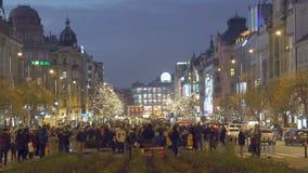 街道音乐家在市中心,满意的游人的演奏音乐享有生活 股票视频
