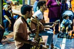 街道音乐家在晚上在Cinarcik镇-土耳其 免版税库存照片