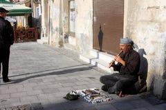街道音乐家在老城市演奏ouside 免版税库存照片