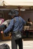 街道音乐家在维罗纳播放手风琴 免版税库存照片