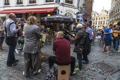 街道音乐家带在一条街道上的在布鲁塞尔,比利时 库存图片