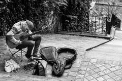 街道音乐家弹吉他室外在蒙马特dist 免版税库存照片