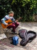 街道音乐家弹吉他室外在蒙马特dist 库存照片