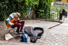 街道音乐家弹吉他室外在蒙马特dist 免版税库存图片