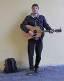 街道音乐家弹吉他室外在布拉索夫,斯洛伐克 免版税库存图片