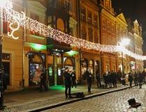 街道音乐家戏剧在圣诞节市场上 库存图片