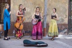 街道音乐家招待一sidewalkon的游人在市中心利沃夫州,乌克兰 免版税库存照片