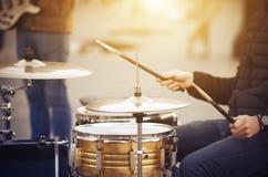 街道音乐家播放与老被打击的鼓槌的一个鼓集合 免版税图库摄影
