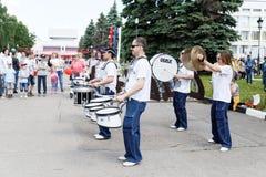 街道音乐家-俄罗斯天的庆祝的鼓手 库存照片