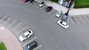 街道顶视图有宽混凝土路的有骑马汽车的在多云夏日 影视素材