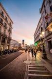 街道风景看法在马德里的市中心日落的 免版税库存照片