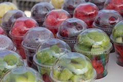 街道食品批发市场 果子圆滑的人的分类与鸡尾酒管的在塑料玻璃 免版税库存图片