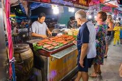 街道食物卖主在夜市场上的卖海鲜在芭达亚 库存照片