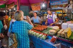 街道食物卖主在夜市场上的卖海鲜在芭达亚 库存图片