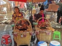 街道食物卖主在仰光, M 免版税库存图片