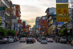 街道食物和在Yaowarat路的市场和霓虹灯标志 免版税库存照片