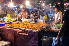 街道食物在市场上在泰国 免版税库存照片