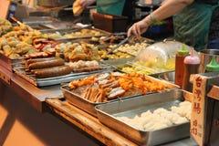 街道食物在晚上在九龙,香港 库存照片