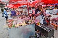 街道食物在香格里拉中国站立 免版税库存照片