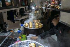 街道食物在Myeongdong购物街道的待售 免版税库存照片