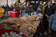 街道食物市场用新鲜的鸡肉,当地人民做购物这里 免版税图库摄影