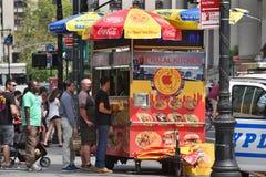街道食物推车在曼哈顿, NYC 免版税图库摄影
