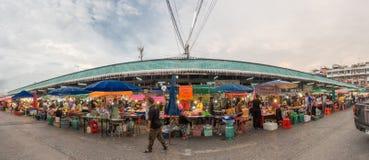 街道食物的全景图象在Minburi区市场上 库存照片