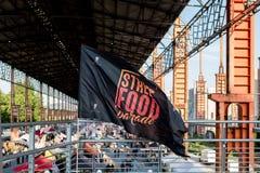 街道食物的旗子和看法在都灵,意大利游行 库存照片