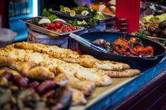 街道食物肉在柜台的菜沙拉 免版税库存图片