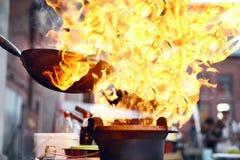 街道食物节日 烹调在火的食物 免版税库存图片