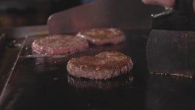 街道食物餐馆,烤树在油煎的特写镜头表面的汉堡炸肉排 股票视频