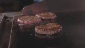 街道食物餐馆,烤树在油煎的特写镜头表面的汉堡炸肉排 股票录像