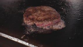 街道食物餐馆,烤油煎的表面上的特写镜头汉堡炸肉排 影视素材