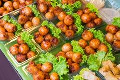 街道食物,香肠市场在棍子,泰国街道3月的 免版税库存照片